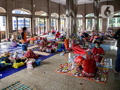 Warga korban banjir Cipinang Melayu beristirahat saat mengungsi di Masjid Universitas Borobudur, Jakarta, Minggu (21/2/2021). Sebanyak 60 orang warga dari RW 04 Kelurahan Cipinang Melayu mengungsi karena permukimannya terendam banjir akibat luapan air Kali Sunter. (Liputan6.com/Faizal Fanani)