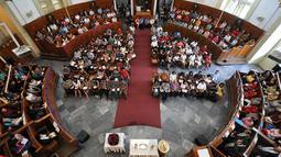 Ratusan umat Kristiani mengikuti Misa Natal di Gereja Immanuel Jakarta, Kamis (25/12/2014). Gereja Immanuel awalnya merupakan gereja yang dibangun bagi orang-orang Belanda yang ada di Indonesia sejak 1830. (Liputan6.com/Miftahul Hayat)