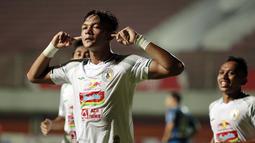 Selebrasi pemain PS Sleman, Saddam Emiruddin Gaffar usai menjebol gawang Persib Bandung dalam laga leg pertama semifinal Piala Menpora 2021 di Stadion Maguwoharjo, Sleman, Jumat (16/4/2021). PS Sleman kalah 1-2 dari Persib. (Bola.com/Ikhwan Yanuar)