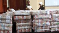 Penampakan uang ganti rugi korupsi BLBI dengan terpidana Samadikun Hartono ditunjukkan di Gedung Bank Mandiri, Jakarta, Kamis (17/5). Samadikun dihukum 4 tahun penjara serta diwajibkan mengembalikan uang sebesar Rp 169 miliar. (Liputan6.com/Angga Yuniar)