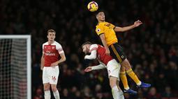 Shkordan Mustafi berduel dengan pemain Wolverhampton pada Wolverhampton pada laga lanjutan Premier League, yang berlangsung Minggu (11/11) di stadion Emirates. Arsenal ditahan imbang Wolverhampton 1-1. (AFP/Daniel Olivas)