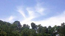 Citizen6, Jatiluhur: Awan berbentuk lafadz Allah SWT di Pelabuhan Jatiluhur, Minggu (10/4). (Pengirim: Anjar)