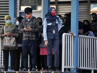 Sejumlah calon penumpang menunggu kedatangan bus Transjakarta di Halte Harmoni, Jakarta, Selasa (16/6/2020). PT Transjakarta mencatat sejak penerapan Pembatasan Sosial Berskala Besar (PSBB) Transisi, pengguna bus Transjakarta naik 22 persen dibandingkan saat PSBB. (merdeka.com/Iqbal Nugroho)