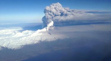 Gunung Pavlof saat kembali meletus di Kepulauan Aleutian, Alaska (28/3). Semburan abu vulkanik Gunung Pavlof mencapai ketinggian hingga 37.000 kaki di atas permukaan laut. (REUTERS/US Coast Guard)