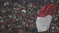 Suporter Timnas Indonesia memberikan dukungan saat melawan Qatar pada laga AFC U-19 Championship di SUGBK, Jakarta, Minggu (21/10). Indonesia kalah 5-6 dari Qatar. (Bola.com/Vitalis Yogi Trisna)