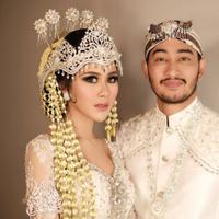 Syahnaz Sadiqah dalam balutan makeup dengan adat Sunda. (Instagram/syahnazs).