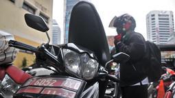 Pegawai kantor Balai Kota DKI Jakarta mengambil kendaraan yang diparkir di halaman Kelurahan Kebon Sirih, Jakarta, Rabu (16/1). Akibat penuhnya motor menggangu aktivitas serta pelayanan di kelurahan tersebut. (Merdeka.com/Iqbal S. Nugroho)