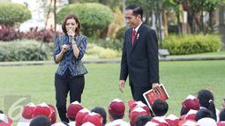 Presiden Joko Widodo didampingi Najwa Shihab saat mendongeng didepan puluhan pelajar di halaman tengah Istana, Jakarta, Rabu (17/5). (Liputan6.com/Angga Yuniar)
