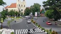 Jalan Kayutangan termasuk salah satu kawasan padat lalu lintas di Malang yang kini relatif lebih sepi kendaraan sejak wabah corona Covid-19 (Liputan6.com/Zainul Arifin)