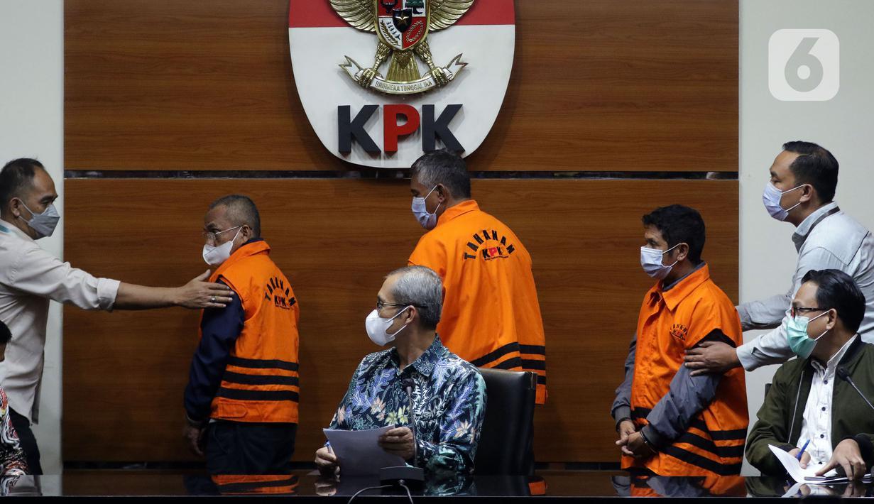 Tiga tersangka suap terkait pengadaan barang dan jasa di Kabupaten Hulu Sungai Utara Kalimantan Selatan tahun 2021-2022 usai menjalani rilis penahanan di Gedung KPK Jakarta, Kamis (16/9/2021). Ketiganya terkena OTT KPK berikut barang bukti uang Rp 345 juta. (Liputan6.com/Hemi Fithriansyah)