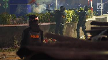 Melihat Perjuangan Aparat Kepolisian Halau Aksi Massa Anarkis