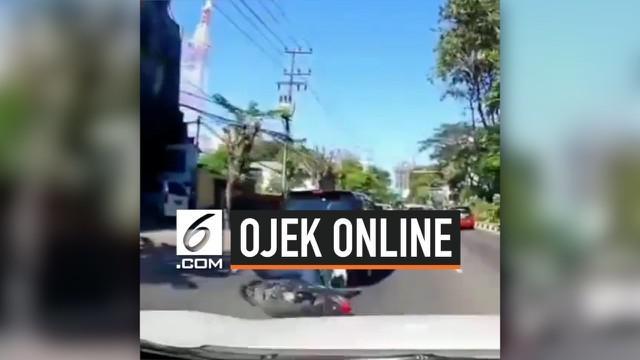 Akibat terlalu asyik menatap layar hp, seorang ojek online menabrak mobil di depannya. Beruntung korban tak terluka setelah kejadian.