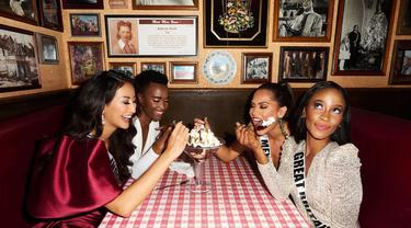 Ayu Maulida makan es krim satu meja bareng Miss Universe 2019, Miss Universe Meksiko dan Miss Universe Inggris Raya. (dok. Instagram @ayumaulida97/https://www.instagram.com/p/COzjwOFBsSw/)
