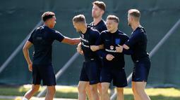 Para pemain Inggris bercanda saat mengikuti sesi latihan di Zelenogorsk dekat St. Petersburg, Rusia, (27/6). Inggris akan bertanding melawan Belgia pada grup G Piala Dunia 2018. (AP Photo/Dmitri Lovetsky)