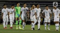 Para pemain Timnas Indonesia U-22 tampak kecewa usai dikalahkan Vietnam U-22 pada laga SEA Games 2019 di Stadion Rizal Memorial, Manila, Filipina, Minggu (1/12/2019). Indonesia kalah 1-2 dari Vietnam. (Bola.com/M Iqbal Ichsan)