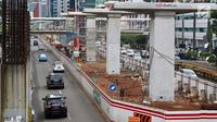 Kendaraan melintas di samping proyek LRT di kawasan Kuningan, Jakarta Selatan, Rabu (21/2). Kebijakan Presiden Jokowi ini menyebabkan semua proyek konstruksi elevated LRT juga turut dihentikan. (Liputan6.com/Immanuel Antonius)