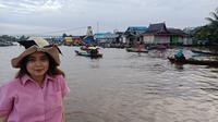 Menikmati wisata susur sungai di atas perahu kelotok. Foto diambil menggunakan Oppo F5 (Liputan6.com/Novi Nadya)