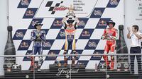 Marc Marquez, Jorge Lorenzo dan Andrea Iannone, merayakan keberhasilan mereka naik podium pada MotoGP Austin di Texas, Amerika Serikat, Senin (11/4/2016) dini hari WIB. Marc Marquez, menjadi yang tercepat pada seri ketiga ini. (AFP/Thomas B. Shea)