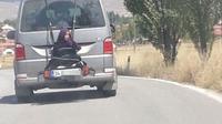 Aksi berbahaya seorang ayah mengemudi mobil dan mengikat anak gadisnya di belakang mobil. (hurriyetdailynews.com)