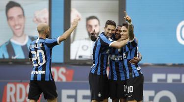 Pemain Inter Milan Ashley Young (tengah) merayakan bersama rekan-rekannya usai mencetak gol ke gawang Brescia pada pertandingan Serie A di Stadion San Siro, Milan, Italia, Rabu (1/7/2020). Inter Milan menaklukkan Brescia dengan skor 6-0. (AP Photo/Luca Bruno)