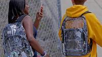 Siswa SMA Marjory Stoneman Douglas menggunakan ransel transparan di Parkland, Florida, Senin (2/4). Penggunaan tas itu sebagai salah satu upaya mencegah terjadinya kembali kasus penembakan brutal di sekolah. (John McCall/South Florida Sun-Sentinel via AP)
