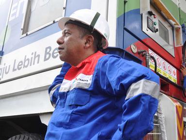 """Sejumlah petugas mempersiapkan selang gas untuk Bus BRT Trans Semarang saat  launching """"Program Konventer Gas BRT Trans Semarang"""" di Pelataran Parkir Patra Jasa Semarang, Rabu (9/1).  (Liputan6.com/Gholib)"""