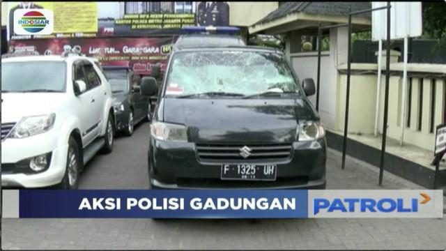 Polisi narkoba gadungan babak belur dihajar massa saat ketahuan lakukan rekayasa penangkapan dua pemuda di Senen, Jakarta Pusat.