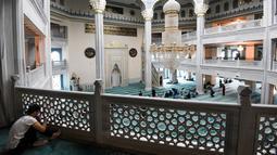 Suasana di Masjid Katedral Moskow, Rusia, Kamis (23/5/2019). Masjid yang dibangun pada tahun 1904 ini selalu ramai oleh aktivitas umat muslim selama Ramadan. (Kirill KUDRYAVTSEV/AFP)
