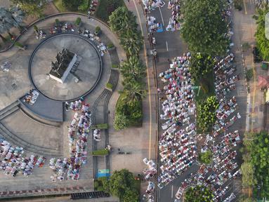 Foto udara memperlihatkan suasana sholat Idul Fitri 1442 H di masjid Raya Al Arif, Jalan Stasiun Senen, Jakarta, Kamis (13/5/2021). Seluruh umat muslim serentak melaksanakan salat Ied di sejumlah masjid dan jalan terbuka dengan menerapkan protokol kesehatan. (merdeka.com/Imam Buhori)