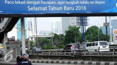 Pengendara motor melintas di Jalan Gatot Subroto, Jakarta, Jumat (1/1/2016). Di hari libur, usai perayaan pergantian tahun 2016, sejumlah ruas jalan protokol di Jakarta terlihat lengang. (Liputan6.com/Helmi Fithriansyah)