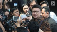 Mendagri Tjahjo Kumolo mnjawab pertanyaan awak media setibanya di Gedung KPK, Jakarta, Kamis (22/8/2019). Kedatangannya untuk rapat lintas kementerian dan lembaga membahas pemanfaatan Nomor Induk Kependudukan (NIK) gunaerbaikan basis data pemberian bantuan sosial (Bansos). (merdeka/com/Dwi Narwoko)