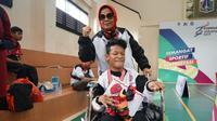 Atlet Boccia Fauzi Saputra bersama pelatihnya Ati Rosita setelah mendapatkan medali perak pada gelaran Pekan Paralympic Pelajar Nasional (Peparpenas) IX di Jakarta.