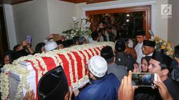 Jenazah Kristiani Herrawati atau Ani Yudhoyono tiba di kediaman Puri Cikeas, Bogor, Sabtu (1/6/2019). Jenazah tiba dengan pesawat Hercules VIP C 130 di Lanud Halim Perdanakusuma dan akan dikebumikan di TMP Kalibata pada hari Minggu. (Kapanlagi.com/Budi Santoso)