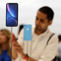 Seorang pengunjung melihat produk baru iPhone saat peluncuran produk baru Apple di Apple Headquarters, Cupertino, California (12/9). Apple merilis tiga iPhone terbaru, yaitu iPhone XS, iPhone XS Max dan iPhone XR. (AP Photo/Marcio Jose Sanchez)