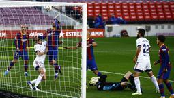 Penyerang Barcelona, Martin Braithwaite (keempat kanan) mencetak gol ke gawang Osasuna pada pekan ke-11 Liga Spanyol 2020-2021 di stadion Camp Nou, Minggu (29/11/2020). Barcelona berhasil pesta gol 4-0 saat menjamu Osasuna. (AP Photo/Joan Monfort)