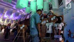 Pengunjung melihat karya seni dari barang bekas yang dipamerkan pada aksi Kenali Sejarah Raihlah Mimpimu di Terowongan Dukuh Atas, Jakarta, Minggu (24/11/2019). Kegiatan memperingati Hari Kesehatan dan Hari Pahlawan Nasional ini digelar sepekan hingga 1 Desember 2019. (Liputan6.com/Johan Tallo)