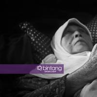 Kondisi terakhir Aminah Cendrakasih. Ia sudah tidak lagi bisa melihat akibat glaukoma yang diidapnya. (Foto: Adrian Putra, DI: Muhammad Iqbal Nurfajri/Bintang.com)
