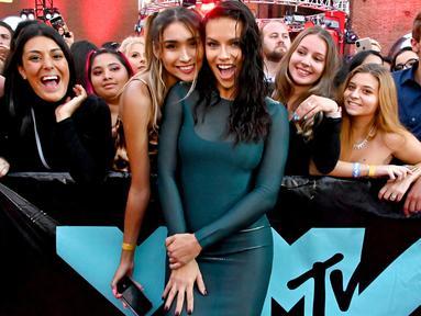 Model Adriana Lima berpose setibanya menghadiri MTV Video Music Awards 2019 di Prudential Center, Newark, New Jersey, Senin (26/8/2019). Kehadiran Adriana Lima di red carpet menjadi sorotan lantaran mengenakan baju renang di ajang penghargaan musik tersebut (Astrid Stawiarz/Getty Images for MTV/AFP)