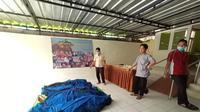 Kelima jenazah korban saat masih berada di Puskesmas Cisimeut, untuk dibawa ke RSUD Adjidarmo, Lebak, Banten. (Liputan6.com/ Yandhi Deslatama)