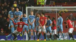 Gelandang Manchester United, Juan Mata (kiri) melakukan tendangan bebas ke gawang Burnley dalam pertandingan pekan ke-24 kompetisi Liga Inggris 2019-2020 di Old Trafford, Rabu (23/1/2020). Manchester United (MU) tidak berdaya di kandang sendiri usai takluk 0-2 dari Burnley. (Paul ELLIS/AFP)