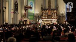 Suasana misa malam Natal di Gereja Katedral, Jakarta, Selasa (24/12/2019). Perayaan Natal tahun ini bertema 'Hiduplah sebagai Sahabat bagi Semua Orang'. (Liputan6.com/Faizal Fanani)