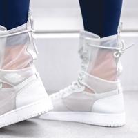 Sneakers putih yang total dan detail transparan yang feminin. (nike.com)