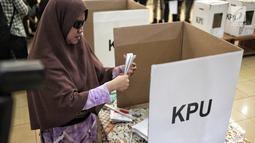 Penyandang disabilitas melakukan pencoblosan saat simulasi Pemilu di Jakarta, Kamis (14/2). Simulasi ini untuk mengurangi tingkat kesalahan serta meningkatkan partisipasi penyandang disabilitas pada Pemilu mendatang. (Liputan6.com/Faizal Fanani)