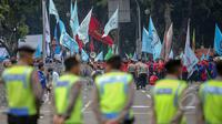 Ratusan petugas kepolisian berjaga di depan Istana Merdeka, Jakarta, Jumat (1/5/2015). Penjagaan dilakukan untuk mengantisipasi aksi buruh saat perayaan hari Buruh Internasional (May Day). (Liputan6.com/Faizal Fanani)