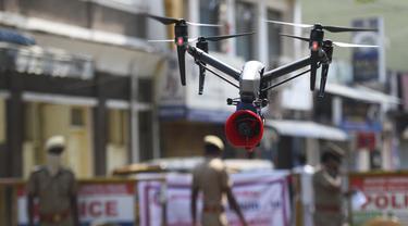 Sebuah drone terlihat saat pemberlakuan lockdown di Chennai, India, Sabtu (4/4/2020). Polisi India mengerahkan drone untuk memantau kegiatan warga dan menyebarkan pengumuman kesadaran selama lockdown nasional untuk mencegah penyebaran virus corona COVID-19. (Arun SANKAR/AFP)