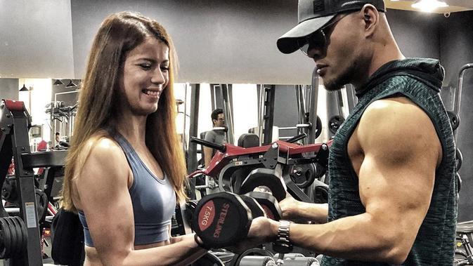 Deddy Corbuzier dan Sabrina Chairunnisa latihan bareng di gym. (Instagram @mastercorbuzier)