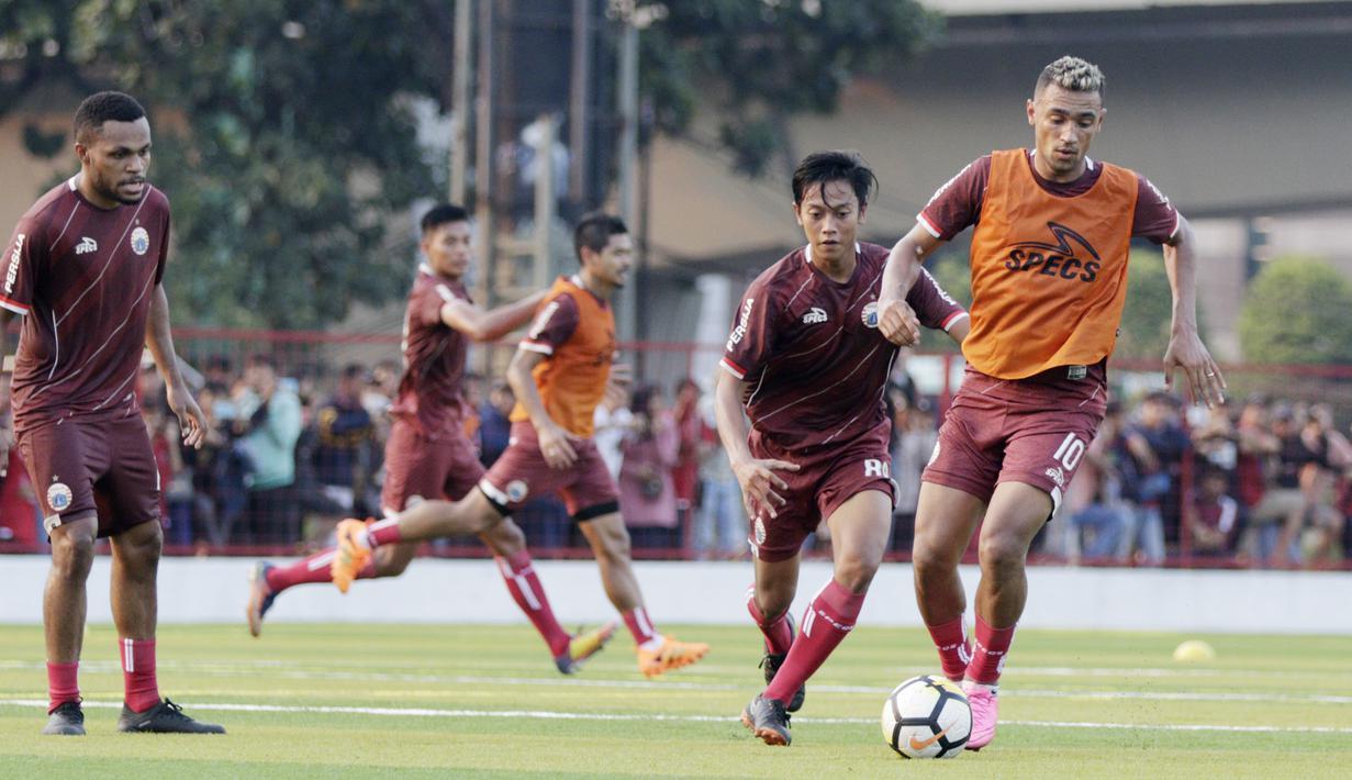 Pemain Persija Jakarta, Bruno Matos, menggiring bola saat latihan di Lapangan Aldiron, Jakarta, Senin (7/1). Sebanyak 29 pemain sudah bergabung dalam latihan perdana tersebut. (Bola.com/M Iqbal Ichsan)