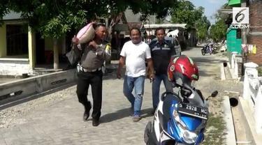 Seorang polisi rela berjualan pohon bidara demi membantu para janda miskin dan warga yang sakit.