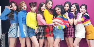 Belum lama ini, TWICE melakukan comeback dengan lagu baru mereka yang berjudul Dance the Night Away. Tentu saja belakangan ini, mereka disibukkan dengan jadwal promosi yang begitu padat. (Foto: Soompi.com)