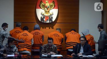 FOTO: KPK Umumkan Hasil OTT Bupati Kutai Timur dan Istrinya